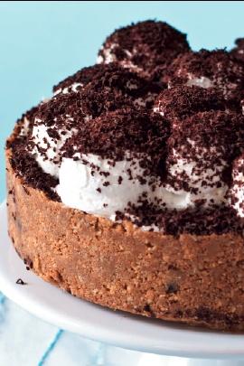 Příprava:   100 g másla, rozpuštěného  250 g vašich oblíbených sušenek    NA NÁPLŇ  100 g másla  100 g tmavého třtinového cukru  400 g slazeného kondenzovaného mléka    NA OZDOBENÍ  4 malé banány, nakrájené na plátky  300 ml smetany ke šlehání  1 sáček ztužovače šlehačky (nemusí být)  strouhaná čokoláda Příprava:  Na sušenkový základ promíchejte rozdrcené sušenky s rozpuštěným máslem – klidně v kuchyňském robotu. Směs upěchujte do formy o průměru 20 cm včetně okrajů do výšky asi 4 cm a…