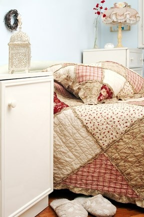 Cottage Style Bedroom - that rag quilt would be easy peasy to recreate