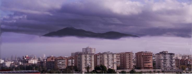 Curioso efecto provocado por las nubes bajas de la mañana.