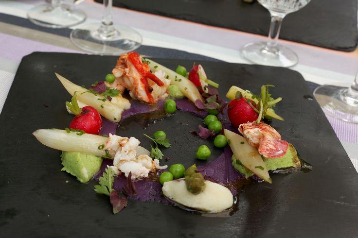 Demi-homard aux légumes printaniers sur un fin écrasé de pommes de terre vitelotte