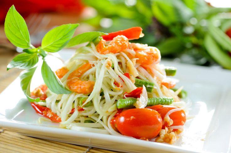 Les fameux Tom Yam Goong, Pad Thai et Som Tam, font partie des plats les plus connus de Thaïlande. Mais aujourd'hui c'est la célèbre salade de papaye verte (Son Tam) que nous vous présentons ! Originaire du Nord-Est de la Thaïlande, la salade de papaye verte est également un plat que l'on trouve au Laos...