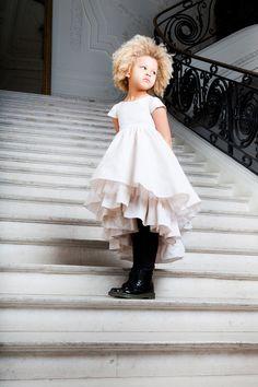 L'Enfant Terrible della moda si diverte proprio con la sua collezione in mignon size. L'Autunno-Inverno 2014 di Junior Gaultier gioca con chiari riferimenti alla cultura Punk, che si abbinano a meraviglia a vaporose gonne tutù di tulle, e alle immancabili marinières.