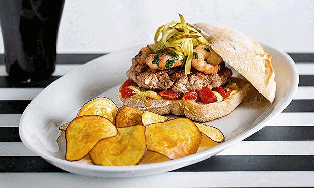 A carne de porco permite combinações arrojadas. Este hambúrguer de carne de porco, que lhe sugerimos, faz-se acompanhar de batata-doce e camarão selvagem. Uma combinação perfeita de sabores, terra e mar.