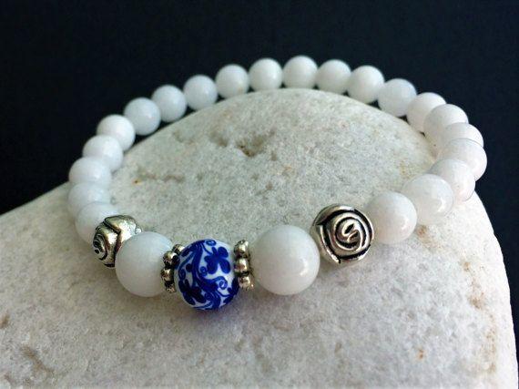 Pulsera de Jade Blanco y bola porcelana flores azules de norastyleibiza en Etsy