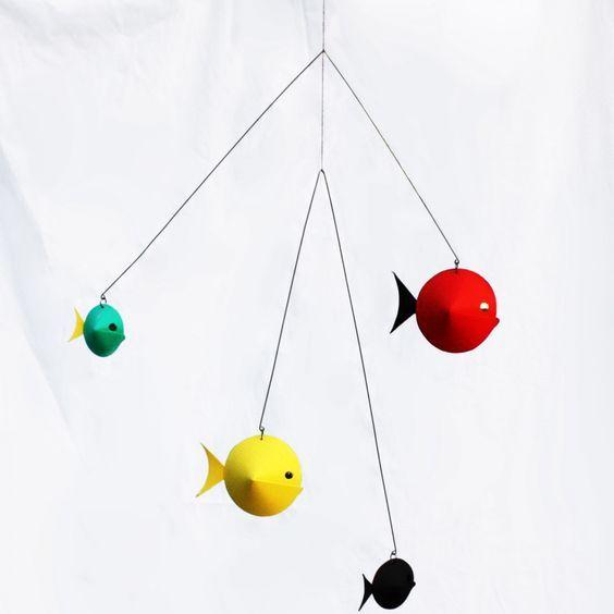 Simple Ce mobile en papier poissons de la marque Livingly est une cr ation des designers danois Anni