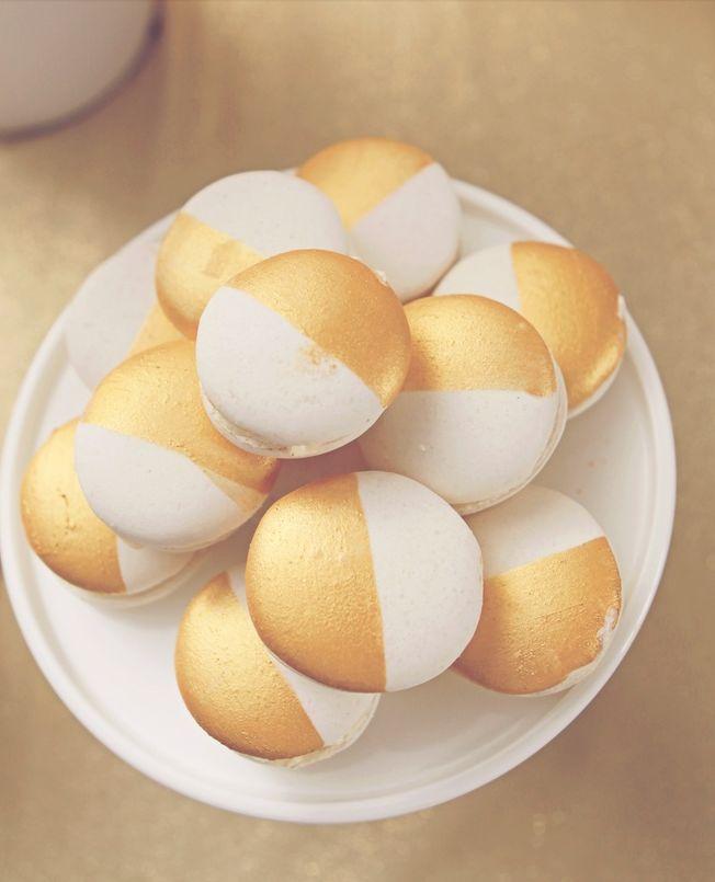 Gold & White Macarons! The French mini cake version of a black & white cookie. So beautiful! #frenchmacaron #macaron