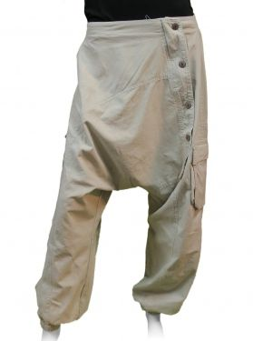 Sarouel en coton beige très naturel avec ses boutons en bois marron.   5 boutons décoratifs le long de la jambe sur la gauche du pantalon.   Sarouel pour homme et femme avec ses deux poches à soufflets fermées par boutons sur les cotés des jambes.