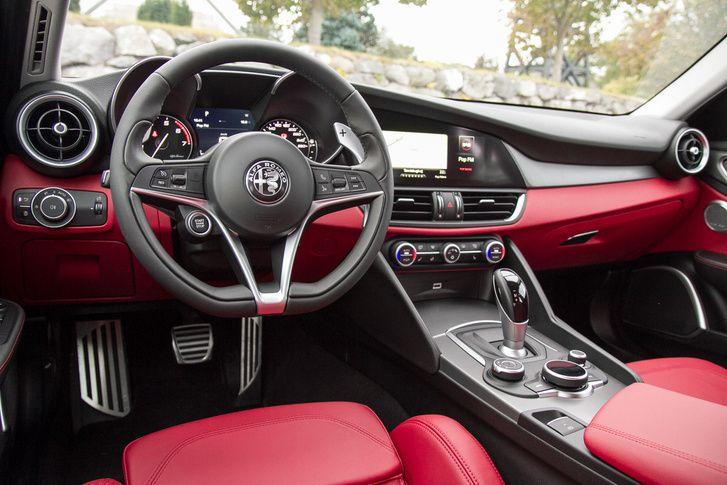 Amikor először láttam, nem nyűgözött le, de aztán rájöttem, hogy ebben a kategóriában talán csak az Audi A4 ad jobb minőséget, a Mercivel és a BMW-vel kábé egy szinten van. De hol vannak azokban ilyen formák?