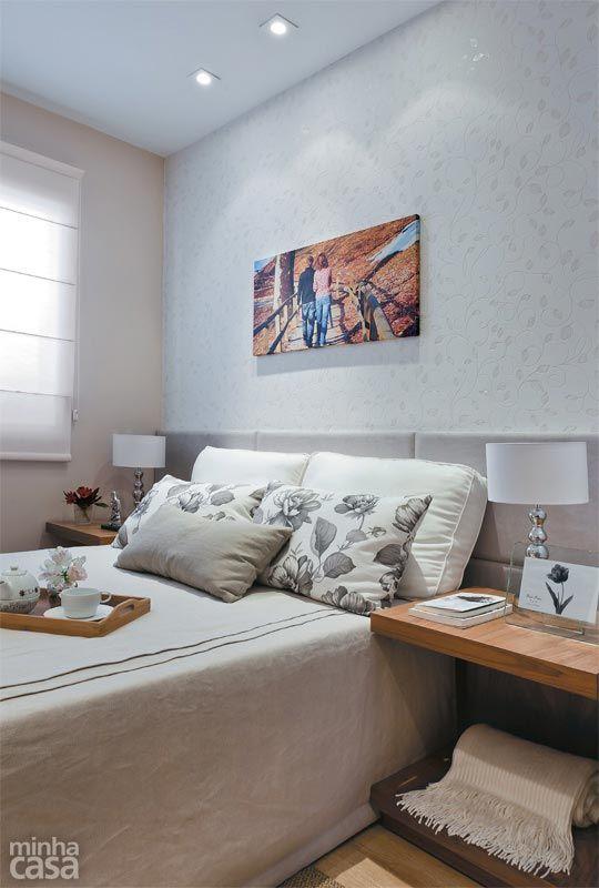 Os florais dão o tom no quarto de casal projetado por Renata Cáfaro: marcam presença no enxoval, no delicado papel de parede atrás da cabeceira e me detalhes decorativos. A cortina romana fica rente à parede, economizando espaço. Papel de parede Natura, ref.45724, da Kaelio.
