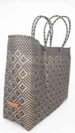Deze handgemaakte bohemian chique ibiza stijl XL boodschappentas is unique en een lust voor het oog. De boodschappentas - strandtas is van gerecycled kunststof en daarom water resistent, licht gewicht, kleurvast, hip en duurzaam.