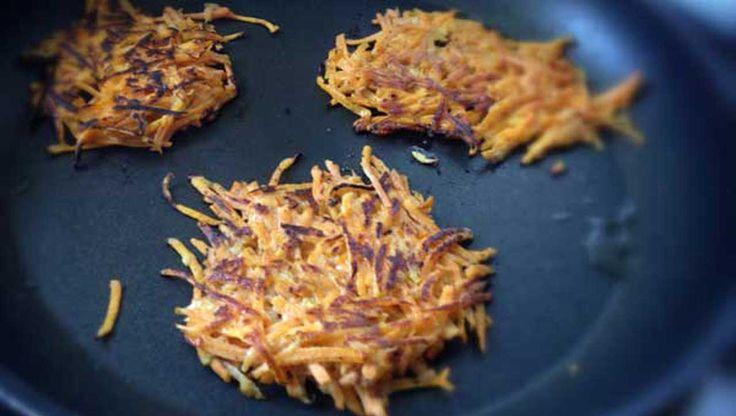 Süßkartoffeln als Puffer ausgebraten: Schmeckt lecker, ob herzhaft oder süß. Schritt für Schritt Erklärung und viele weitere Süßkartoffel Rezepte auf dem Blog.