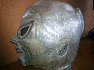 BAJO LAS CAPUCHAS: Nota sobre Venta de Mascara del Santo Original