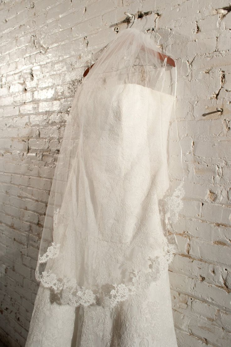 Cheap In Stock Simple White Ivory Wedding Veil Short 2017 Lace Edge Bridal Veils With Comb Wedding Accessories Velo De Novia