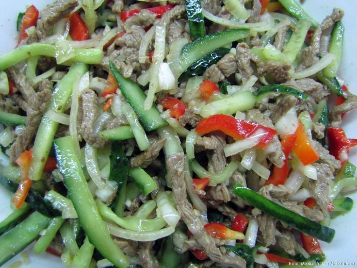 Салат говядина с огурцами по-китайски - в меру острая, сытная мясо-овощная закуска. Удивительно гармоничное и вкусное блюдо. Можно приготовить заранее.
