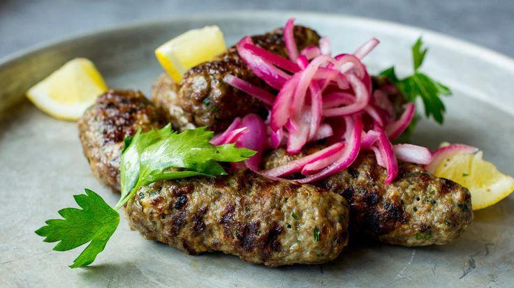 Grillede greske kjøttboller med marinert rødløk
