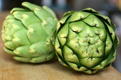 photograph picture how to trim how to cut how to prepare a globe artichoke ... An Illustrated Guide to Preparing Articokes