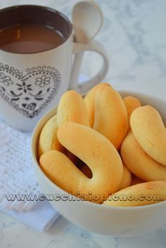 BISCOITO DE QUEIJO DE BRAZIL o  pandeyuca o pandebono colombiano  Ingredientes para uns 36 biscoitos razoavelmente grandes (veja foto): 500 gr de polvilho doce 3 xícaras de queijo meia-cura ralado fino (usei parmesão, mas também gosto do rigatino) 1 colher de chá de sal (usei rosa) 100 gr de manteiga em temperatura ambiente 2 ovos 1 xícara de leite