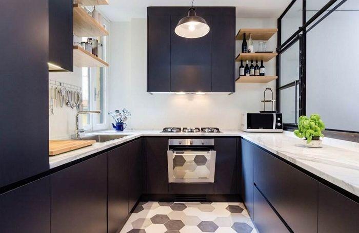 П-образная кухня в темно-синих тонах с элементами белого.