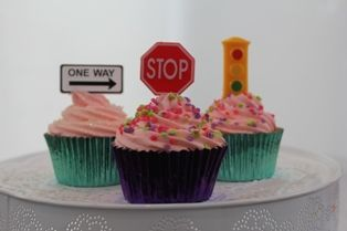 Stop traffic with these gorgeous traffic sign cupcakes & decorations. www.cupcakecorner.com