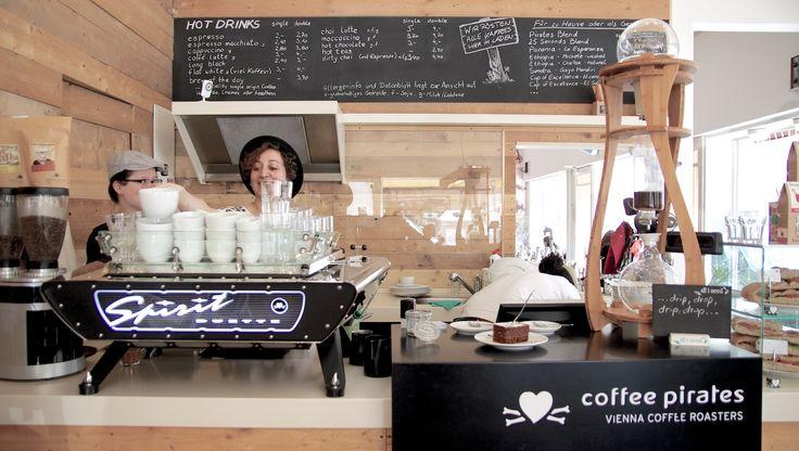 Bereits im September 2012 haben die CoffeePirates in der Spitalgasse eröffnet. Die vielen Sitzplätze, das angenehme Ambiente und auch die Lage direkt am Uni Campus Altes AKH sorgen dafür, dass das Lokal immer gut besucht ist. Zurecht, wie wir finden, denn auch der Kaffee kann sich sehen (bzw. schmecken) lassen.