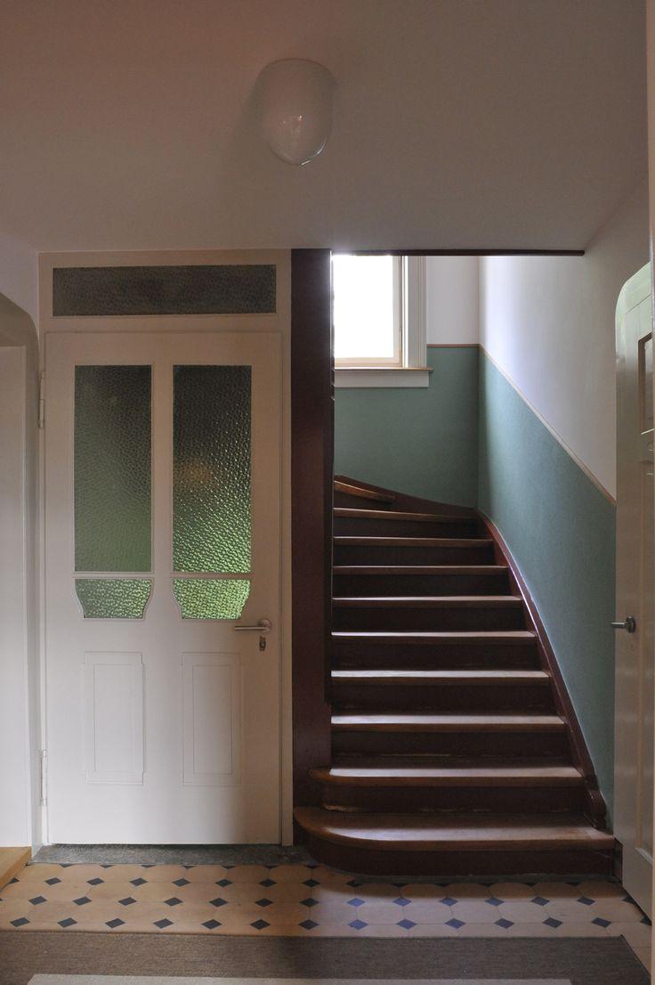 Im Treppenhaus wurde der Originalzustand angestrebt, inklusive der Verkleidung der Wände mit neuer Sackleinwand. (Foto: Marko Sauer)