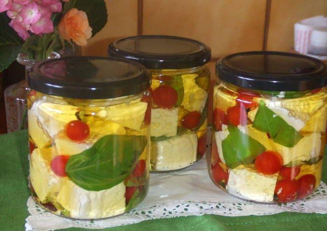 Queso feta y tomatitos en aceite de albahaca