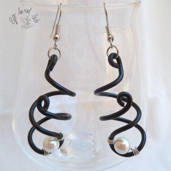 Orecchini in filo metallico nero ad elica con perla di LeftHandLab, €5.60