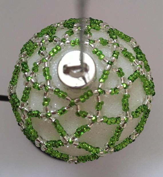 Cette housse de chartreuse et argent ornement sera une belle addition à votre arbre de Noël cette année et dans les années à venir. Un cadeau idéal pour les amoureux de Noël. S'adapte à 18cm (7 circonférence/ornement de babiole. Expédié dans le monde entier depuis le