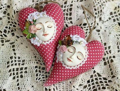 fabric hearts by Julia Sozonova. Her shop Juli Bears: http://www.livemaster.ru/juli-bears