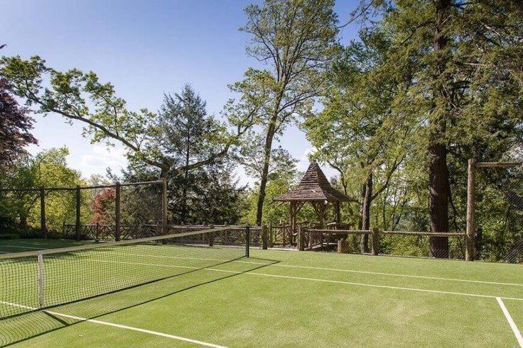 Dieser Tennisplatz mit rustikalen Features ist ein großartiger Ort zu gehen und spielen ein auf ein Spiel oder eine schnelle Übereinstimmung von Double-Werten. Nicht nur ist diese Stelle ein toller Ort zum spielen, aber die Aussicht ist spektakulär.