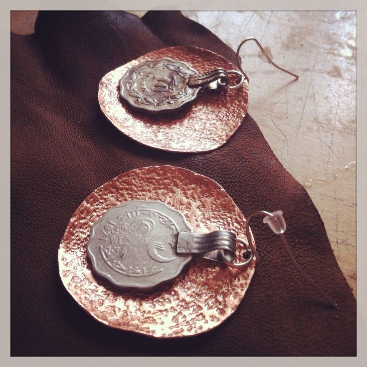 Orecchini in rame battuto e vecchie monete afghane...copper earrings with old afghan coins...