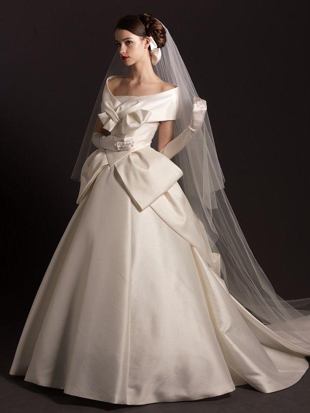 人気デザイナー「エリ松居」による風格あるケープカラーのデザインです。肩まわりを優しく包みこむケープには、大人の女性のかわいらしさを表現したア...