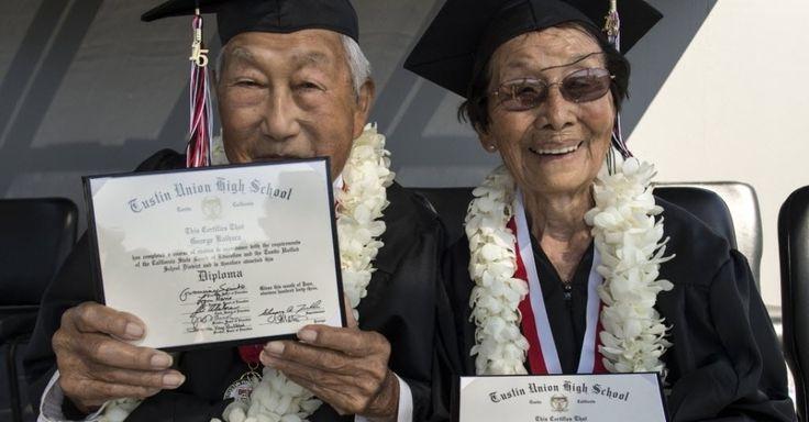 George Kaihara e Miko Nakamura Kaihara, ambos de 90 anos, mostram os diplomas do ensino médio em  cerimônia na escola Tustin High School, em Tustin, CA, USA. O casal parou de estudar após os japoneses bombardearem Pearl Harbor, depois, foram enviados para um campo de detenção no Arizona. Dennis Hayden, um velho amigo do casal, reencontrou-os recentemente e os ajudou a se formarem.  Fotografia: Ed Crisostomo / AP…