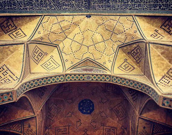 荘厳な幾何学模様。イスラム教の礼拝堂にある天井装飾を撮影したフォトグラファー | ARTIST DATABASE - Part 2