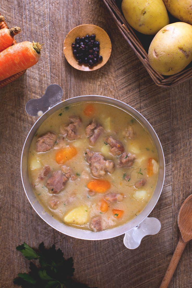 L'Irish stew è uno dei più famosi piatti tipici dell'Irlanda, uno stufato a base di agnello e patate perfetto da preparare durante le feste, come quella di SanPatrizio per esempio! #Giallozafferano #recipe #ricetta #StPatricksDay