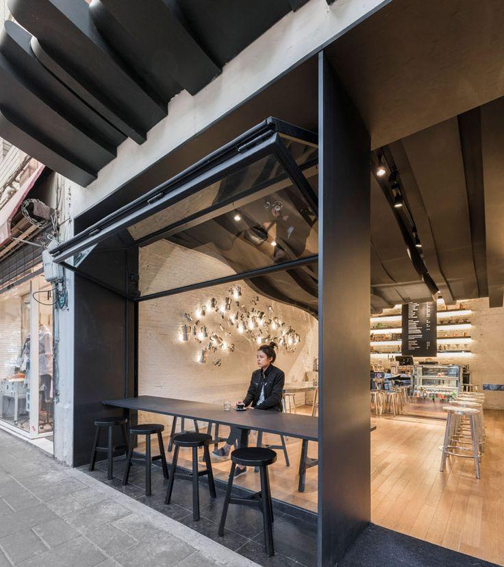 9h30, c'est l'heure du café… Ca tombe bien, voici un endroit qui donne envie d'en boire tous les jours. Ce café lumineux est situé à Shanghai et conçu par le designer Albert…