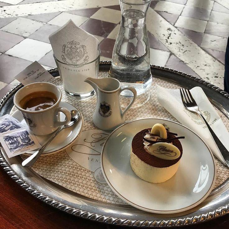 Pausa dobbligo  #venezia #caffe #cafe #caffeflorian  #tiramisu #venice #break #wow #alifewelltravelled #piazzasanmarco #italianstyle