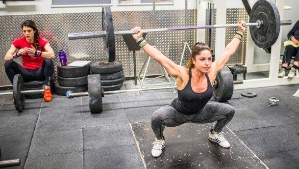 Auf einmal ist eine Kraftkammer in Frankfurt voll mit Frauen: Was finden sie am alten, ach so verstaubten Gewichtheben? Der plötzliche Zulauf hat einen Grund.