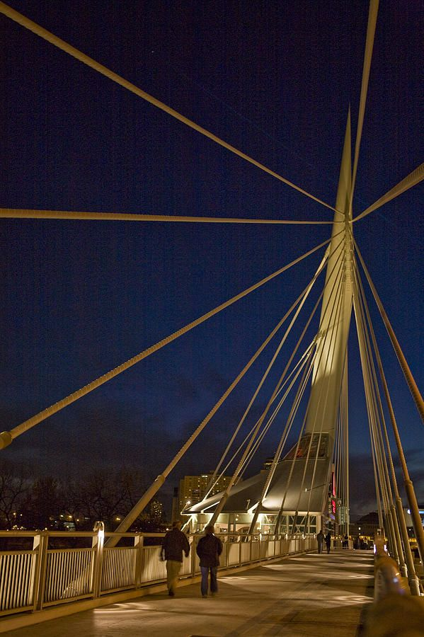 ✭ Pedestrians cross the Esplanade Riel bridge at night - Winnipeg, Canada