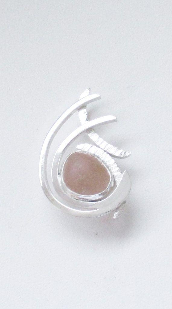 De zeldzame roze waterkristallen is oprecht. Het werd gevonden en worden geleverd door... https://www.etsy.com/shop/mamzelleseaglass en geen terug omlijsting bij ligt. De hanger is handgemaakt van vierkante sterling zilver draad die ik de hand geweven. Het meet 7/8 x 1 1/4 inch. Het heeft een verborgen borgtocht.  GN1365