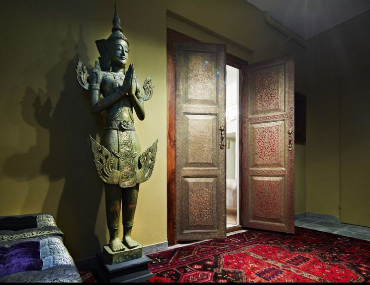 Old Maroccan door combined with antique statue from Le Patio