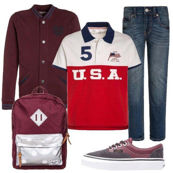 Jeans lavaggio scuro abbinati a polo in rosso e bianco e cardigan con bottoni e tasche laterali. La sneaker è con lacci mentre lo zaino è capiente e ha chiusura con cerniera.