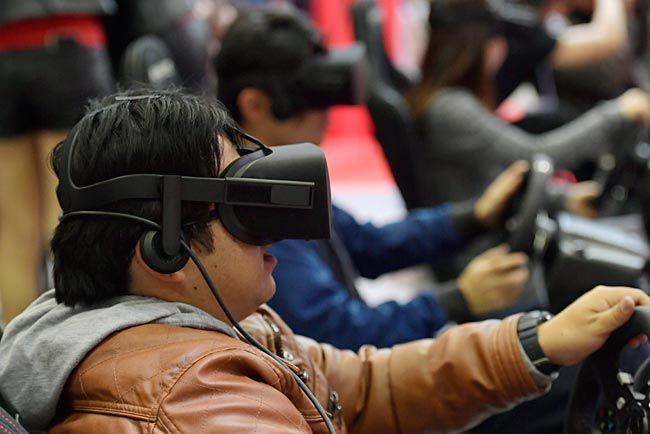 「東京コミコン」のブースで、VRのゴーグルをつけて遊ぶ来場者=千葉・幕張メッセ