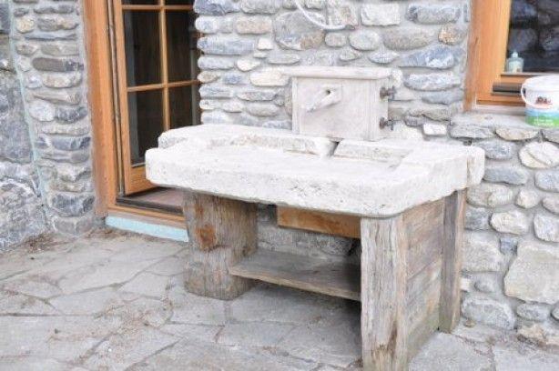 oude gootsteen in Bourgondische steen op recuperatiehout van staketsel van Nieuwpoort en Oostende ontwerp van DIRK COUSAERT