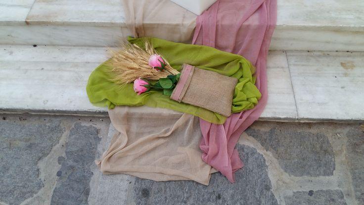 Η είσοδος της εκκλησίας πλαισιώνεται από δυο μπαουλάκια γεμάτα κοριτσίστικους θησαυρούς: πολύχρωμα υφάσματα, δαντέλες, πέρλες, λουλούδια, ψάθινο καπέλο και καθρέπτη ομορφιάς! #myeventfairies #events #boutiqueevents