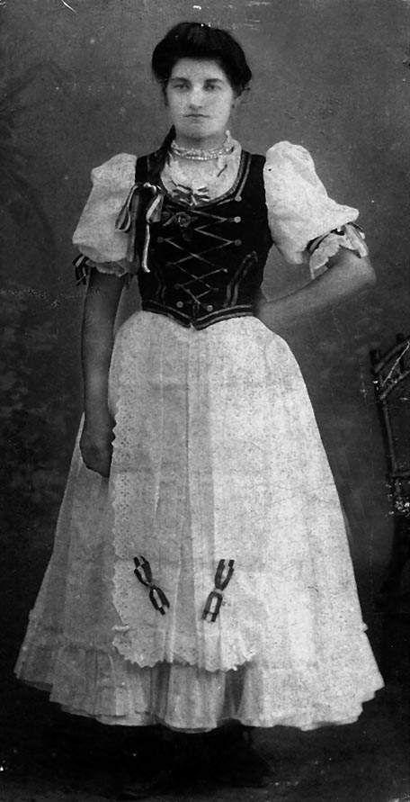 """Parasztleány fehér """"magyar ruhában"""". Frizurája felső része városias. Csepreg, 1912 körül"""