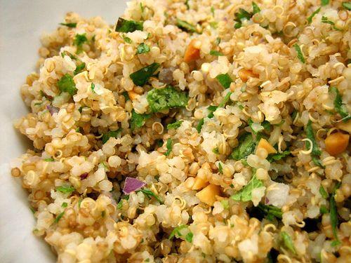 QUINOA PROFUMATA 1 carota,1 sedano,1 cipolla,1 tazza di quinoa,un pugno di pinoli,4 pomodorini,una manciata di uvetta, erba cipollina, prezzemolo, menta e alloro. Lessare le verdure e l'alloro in 1 litro e 1/2 di acqua, a cottura terminata togliere le verdure dall'acqua e aggiungervi la quinoa,abbassare la fiamma,coprire e cuocere x circa 10 min Tostare i pinoli e i pomodorini senza usare l'olio,mettete a bagno l'uvetta. Saltare tutti gli ingredienti in una wok, usare le spezie x insaporire