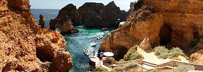 Panorama der Ponta da Piedade mit Motorbooten für touristische Rundfahrten
