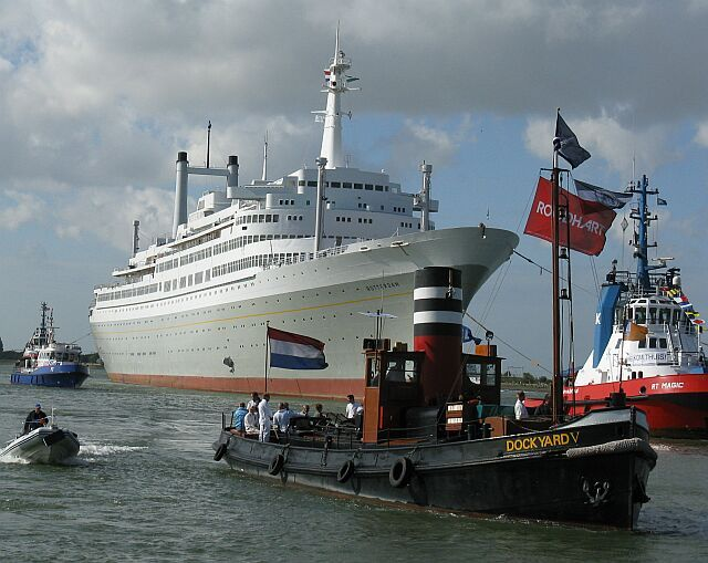 Ss Rotterdam wordt 'naar huis' gesleept