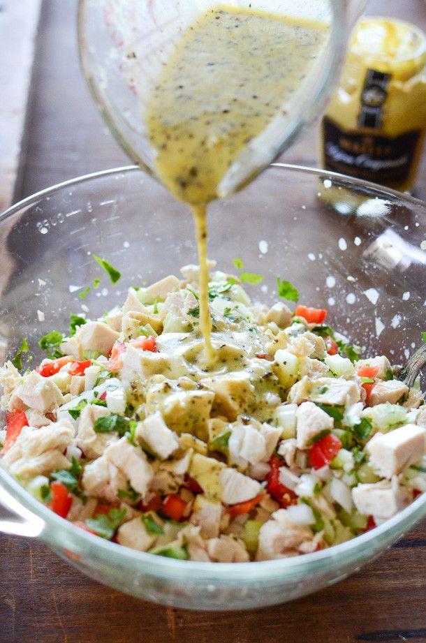 Un'idea semplice e gustosa per il pranzo di domani: insalata di #pollo, #peperone a cubetti, sedano e cipolla condita con #vinaigrette preparata con #senape, olio di oliva, aceto di vino bianco, sale, pepe e origano. Non dimenticate una spruzzata di #coriandolo! #maille #recipe